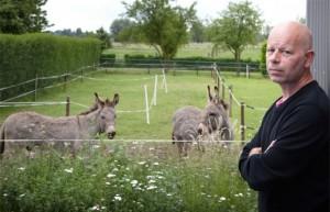Frank Pollet bij zijn ezels